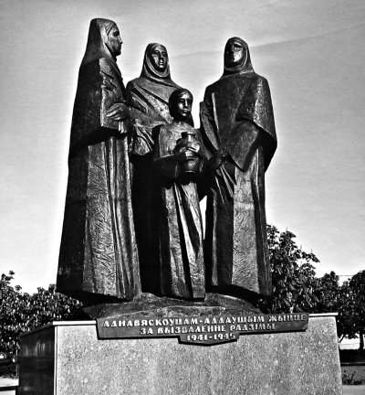 Monument to commemorate the death of people of village Yanovichi in Belarus during the Nazi occupation 1941-1944, v.Yanovichi Belarus, Bronze and stone, 3.5m, 1990
